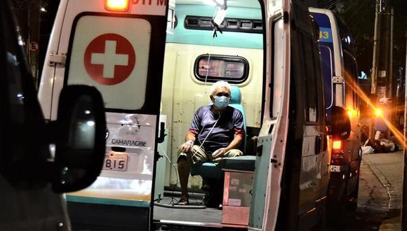Un paciente espera atención médica al interior de una ambulancia afuera del hospital para atención de coronavirus covid-19 Boa Viagem, en Recife, Brasil. (Foto: EFE/ Genival Paparazzi).