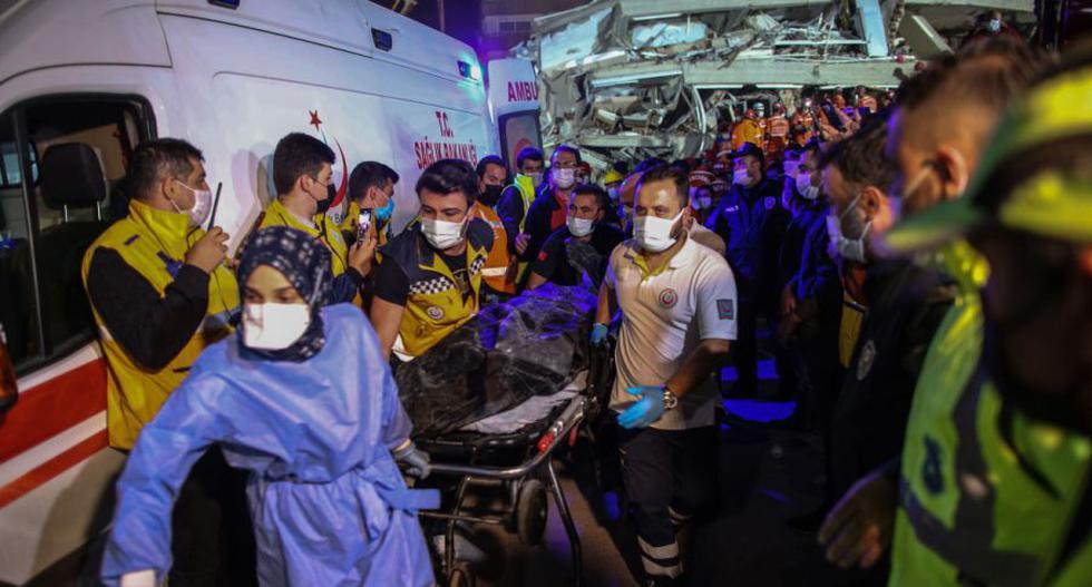 Rescatistas y trabajadores sanitarios llevan un cadáver de un edificio derrumbado tras un terremoto de magnitud 7,0 en el mar Egeo, en el distrito de Bayrakli en Izmir, Turquía. (EFE/EPA/ERDEM SAHIN).