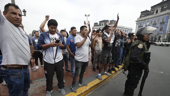 Transportistas informales que hacen 'colectivo' protestan y bloquean pistas en distintas zonas de Lima. (Fotos: Mario Zapata/GEC)