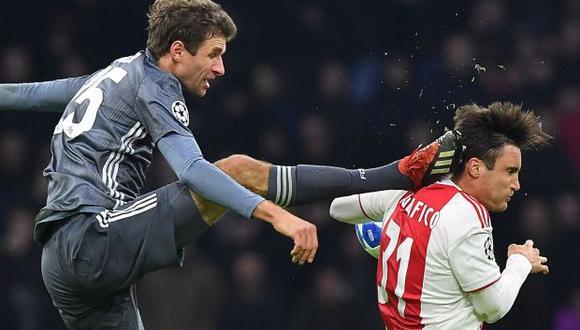 Nicolás Tagliafico recibiendo la patada de Müller. (Foto: AFP)