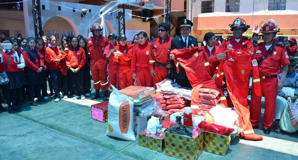 Puno: alumnas recolectan dinero y donan objetos a bomberos - 1