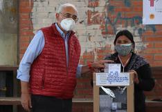 """Carlos Mesa emite su voto y afirma que es un """"momento fundamental para Bolivia"""""""