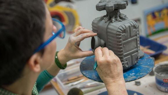 Artista Patricia Camet moldea la basura plástica, le insufla un segundo aire en el horno y la transforma en esculturas de cerámica.