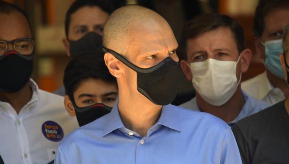 El alcalde de Sao Paulo, Bruno Covas, es visto en una estación de poplling durante la segunda vuelta de las elecciones municipales en Sao Paulo, Brasil en medio de la nueva pandemia de coronavirus. (Foto: NELSON ALMEIDA / AFP)