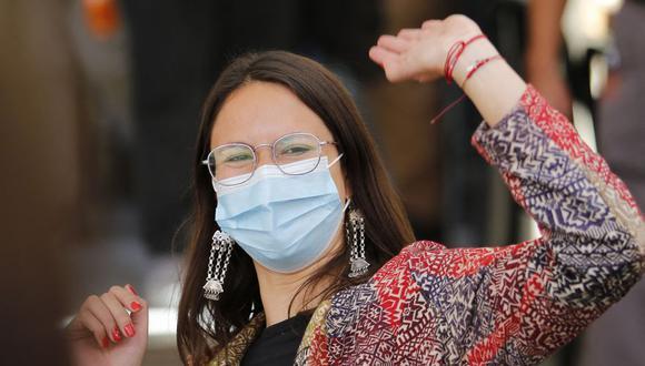 Iraci Hassler, la candidata a la alcaldía de Santiago por el Partido Comunista, celebrando su victoria. (MARCELO HERNANDEZ - ATON CHILE)
