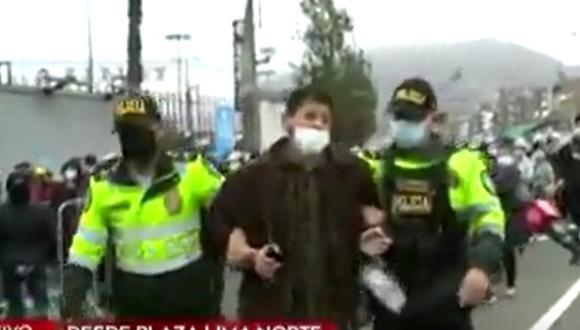 El acusado opuso resistencia a la autoridad cuando fue descubierto negociando un lugar. (Foto: captura: América Noticias)