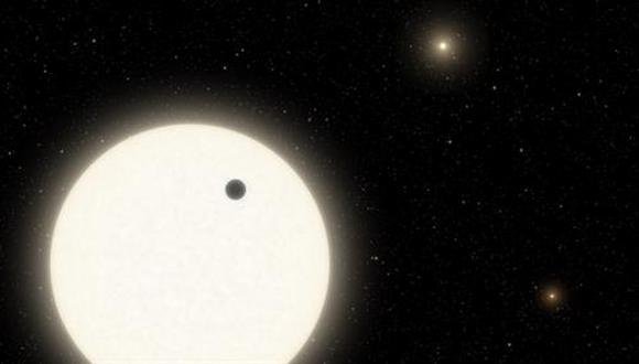 Esta ilustración muestra el planeta KOI-5Ab en tránsito por la cara de una estrella similar al Sol, que es parte de un sistema de estrellas triples. (CALTECH / R. HURT)