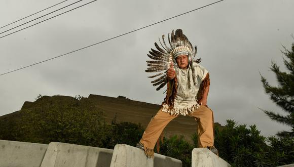 El señor Juan Julio Pala exige la presencia de Lapadula en Paramonga. Su foto con el tocado apache pasará a la historia. (Foto: Luis Miranda / Somos)