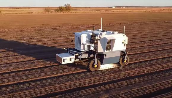 El robot Autonomous Weeder en acción, un vehículo equipado con cámaras, sensores y un potente láser para eliminar de forma selectiva las malezas en un cultivo. (Captura de pantalla)
