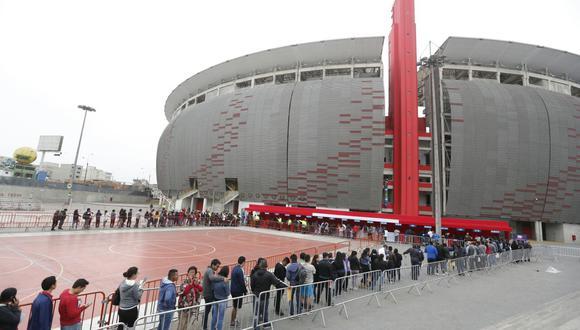 Miles de hinchas hacen cola desde muy temprano para canjear las entradas del último partido del repechaje (Fotos: Hugo Pérez / El Comercio)