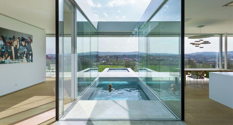 Esta increíble piscina está rodeada de una estructura de cristal. Además, ofrece una espectacular vista del exterior. (Foto: Paul de Ruiter Architects)