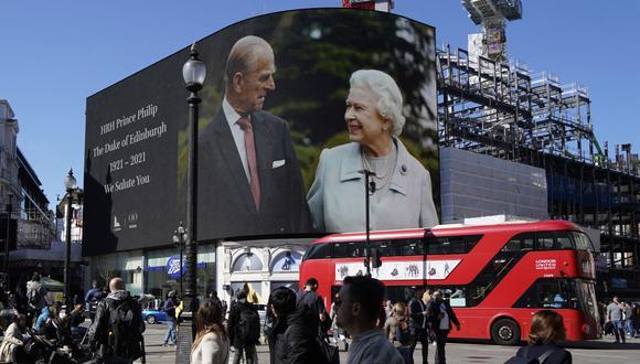 El público guarda un minuto de silencio en Piccadilly Circus, en el centro de Londres, al inicio del funeral del príncipe Felipe de Gran Bretaña, duque de Edimburgo. (Foto de Niklas HALLE'N / AFP).
