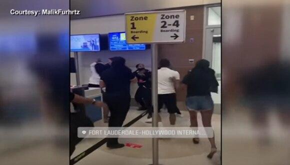 Imágenes del violento ataque al personal de Spirit Airlines en Florida (Estados Unidos). (Captura de video/YouTube/WPLG Local 10).