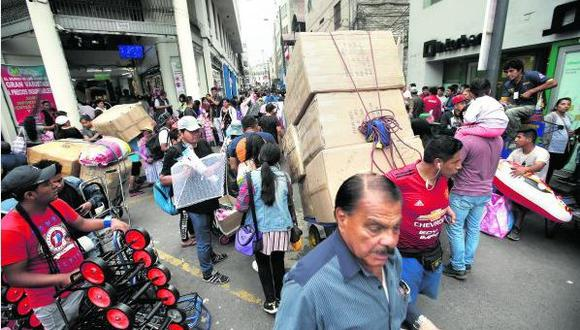 El desorden aún se mantiene en la vía pública en el Centro de Lima. La seguridad sí se reforzó en las galerías, que  lucen con vías de escape señalizadas, extintores y cables ordenados. (Foto: Mario Zapata)