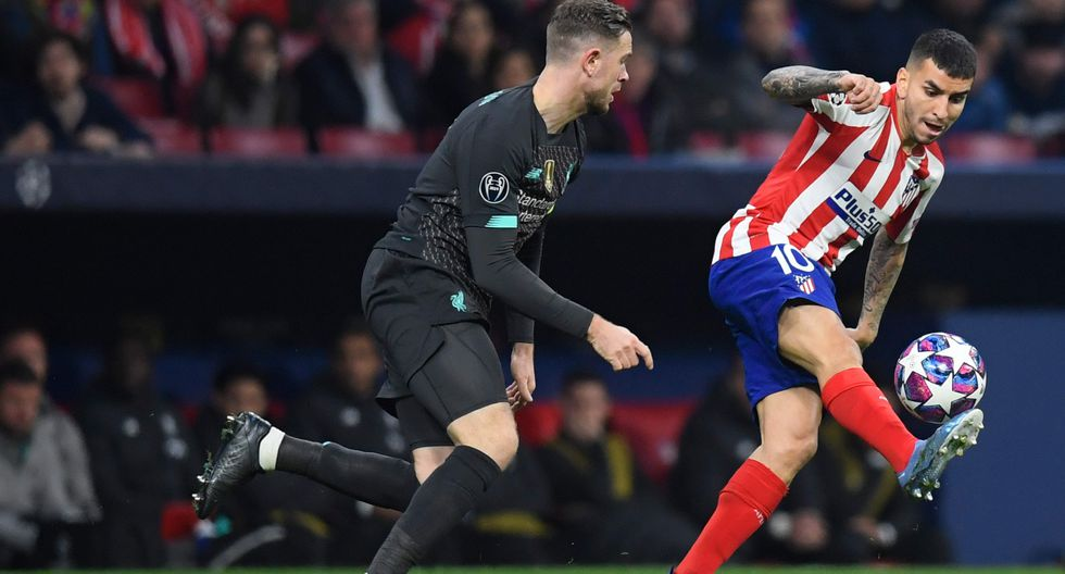 Atletico Madrid's Argentine forward Angel Correa (R) controls the ball during the UEFA Champions League, round of 16, first leg football match between Club Atletico de Madrid and Liverpool FC at the Wanda Metropolitano stadium in Madrid on February 18, 2020. / AFP / OSCAR DEL POZO
