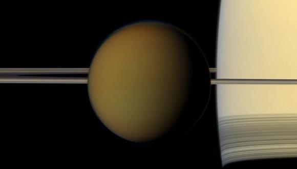 La imagen muestra a Titán frente a Saturno y sus anillos. (Foto: NASA / JPL-Caltech / Space Science Institute)