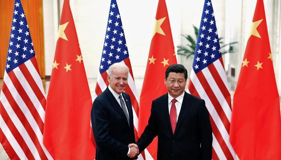 Imagen de archivo. En el 2013, el presidente de China, Xi Jinping, estrecha la mano del entonces vicepresidente Joe Biden. (Foto: REUTERS).