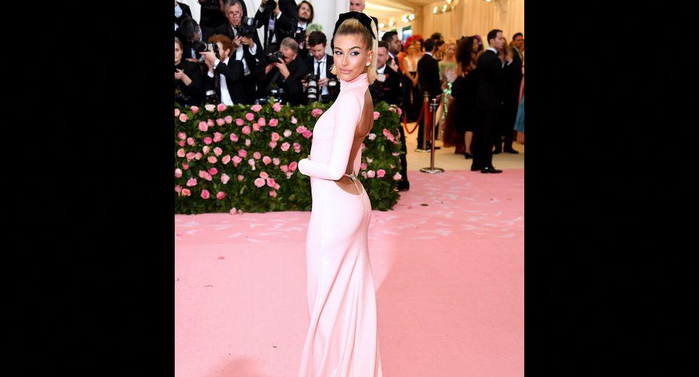Hailey Baldwin se hizo presente en la MET Gala con un vestido rosa brillante. Foto: AFP.