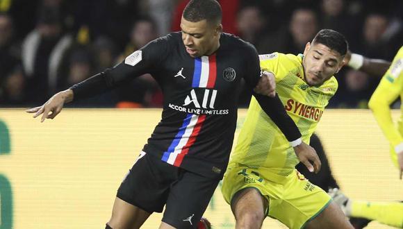 Percy Prado (de uniforme amarillo) marcando a Kylian Mbappé durante un partido entre Nantes y PSG | Foto: AP