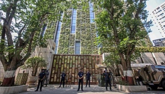 El vehículo con explosivos fue estacionado cerca de la opulenta residencia de 27 pisos de Mukesh Ambani. (Foto: EPA, vía BBC Mundo).