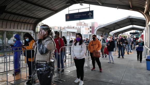 Las personas deben mantener la distancia social para evitar los contagios de COVID-19 .(Foto: Ángela Ponce)