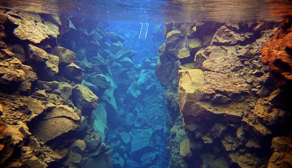 Silfra. Es el único lugar donde se puede ver la división de las placas tectónicas de Eurasia y América. Se encuentra dentro del Parque Nacional Thingvellir, Islandia. (Foto: Guillaume Baviere / Flickr bajo licencia de Creative Commons)