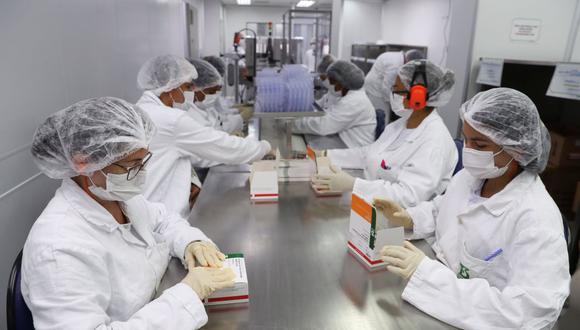 Los empleados cierran cajas con viales que contienen CoronaVac, la vacuna de Sinovac contra la enfermedad del coronavirus, en el centro de producción biomédica de Butantan en Sao Paulo, Brasil, 22 de enero de 2021. (REUTERS / Amanda Perobelli).