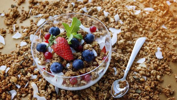 La granola se puede combinar con frutas de estación, coco rallado, avena y frutos secos. (Foto: Ovidiu Creanga / Pixabay)