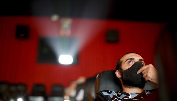 Un hombre mira una película en un cine a casi un año de que se cerraran las salas por la pandemia de COVID-19, en Buenos Aires, Argentina, el 3 de marzo de 2021. (Foto AP/Natacha Pisarenko).