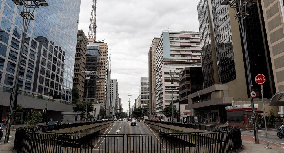 Vista general de una avenida prácticamente vacía este sábado en Sao Paulo. (EFE/ Sebastiao Moreira).