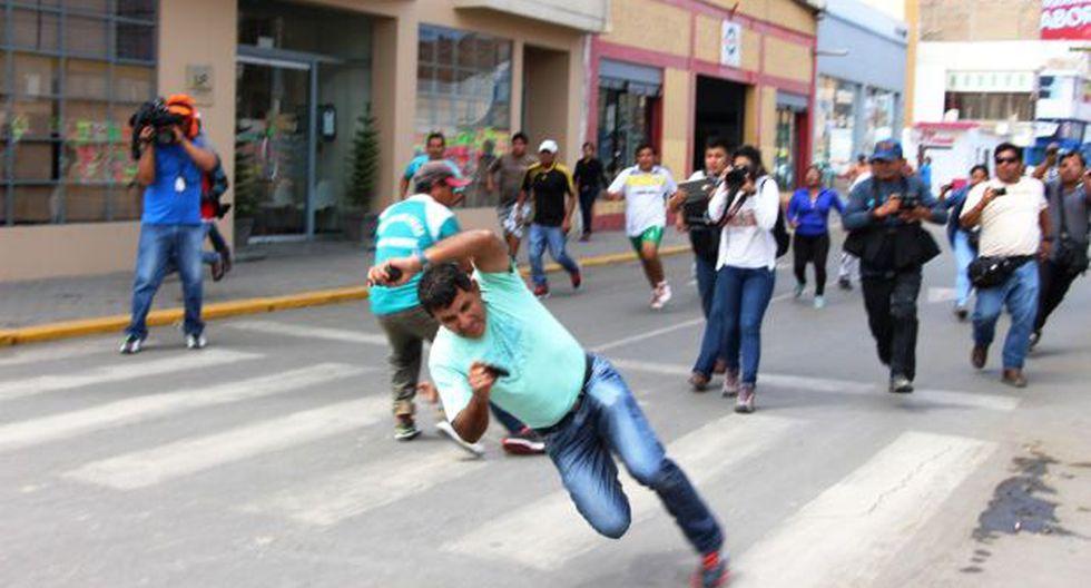 Tumán: policía que grababa protestas de azucareros fue agredido - 1