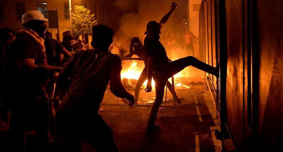 Manifestantes libaneses antigubernamentales intentan romper una barrera colocada por la policía libanesa para bloquear una avenida que conduce al edificio del Parlamento durante una protesta en Beirut, Líbano. (EFE / EPA / WAEL HAMZEH).