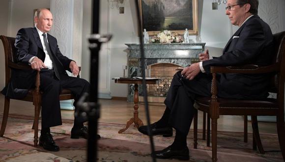 La entrevista con el periodista de Fox News, Chris Wallace, fue la antítesis de la cumbre que sostuvieron más temprano Donald Trump y Vladimir Putin. (EFE)