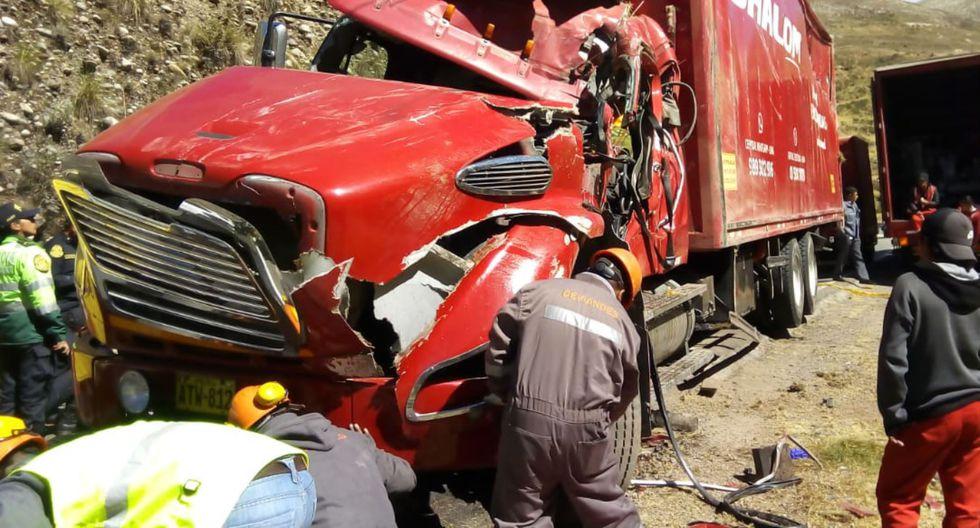 El camión habría invadido carril contrario llevándose de encuentro a dos autos. (Foto:)