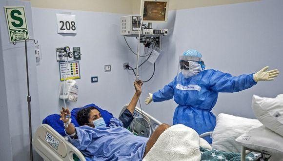 Una enfermera realiza fisioterapia en un paciente con coronavirus COVID-19 en la Unidad de Cuidados Intensivos del Hospital Alberto Sabogal Sologuren, en Lima, Perú. (Foto por Ernesto Benavides/AFP).