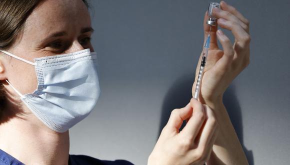 Una integrante del equipo de vacunación prepara una dosis de la vacuna Pfizer-BioNTech Covid-19 en Londres el 16 de julio de 2021. (Foto de Tolga Akmen / AFP).