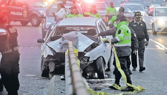 Un hombre murió luego de que el auto en que viajaba se estrellara contra un muro. El carro operaba como taxi pero tenía SOAT particular. El muro carecía de barriles de contención. (Foto: José Cajas)