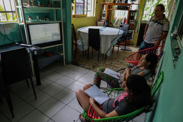 El pasado 24 de agosto, más de 30 millones de estudiantes mexicanos iniciaron el año escolar desde casa, un ciclo histórico ante la pandemia de COVID-19 en el que los padres se convirtieron en docentes y los niños cambiaron las aulas por los televisores. (EFE/David Guzmán).