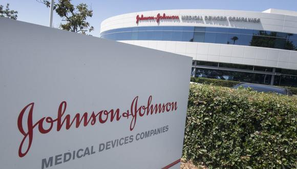 En esta foto de archivo, el logotipo de Johnson & Johnson se ve sobre una entrada a un edificio en su campus en Irvine, California, el 28 de agosto de 2019. El 5 de agosto de 2020, el gobierno de Estados Unidos anunció una nueva inversión de mil millones de dólares en una vacuna COVID-19 en desarrollo por Johnson & Johnson. (Foto: Mark RALSTON / AFP).