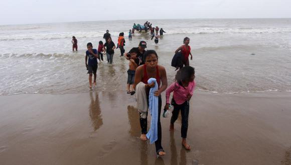 Los migrantes venezolanos, que fueron deportados recientemente, llegan a la costa en la playa Los Iros después de su regreso a la isla, en Erin, Trinidad y Tobago. (Foto: Lincoln Holder / Cortesía del Newsday / Folleto vía REUTERS).