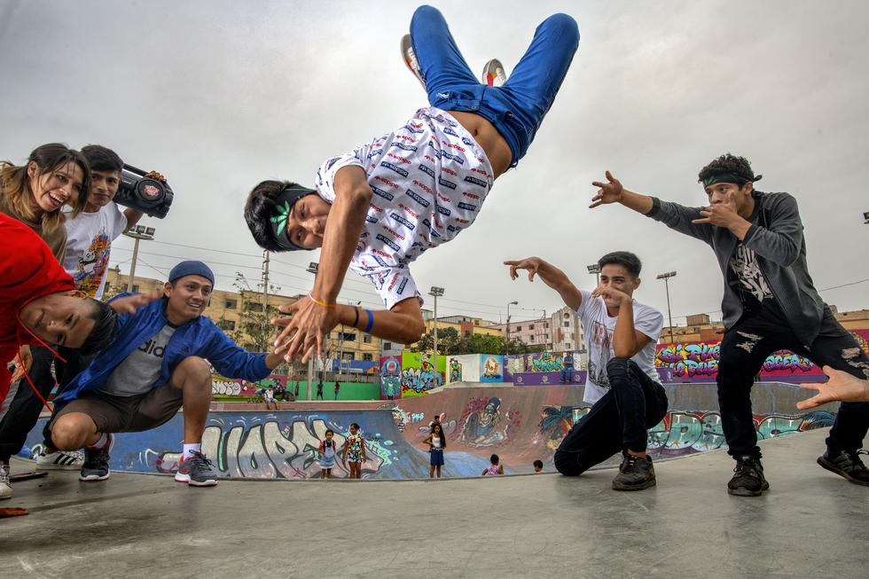 Bboy Edu ejecuta un movimiento llamado 'handhops', ante la atenta mirada de sus colegas. Difusión Break Internacional (DBI) organizará el Latin Style en el Complejo Deportivo San Cosme. (Foto: Luis Miranda)