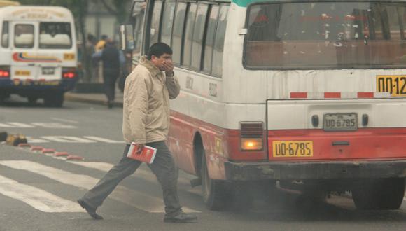 Los vehículos con mal funcionamiento y viejos son los principales causantes de la contaminación del aire en Lima. (Foto: Miguel Bellido / Archivo El Comercio)