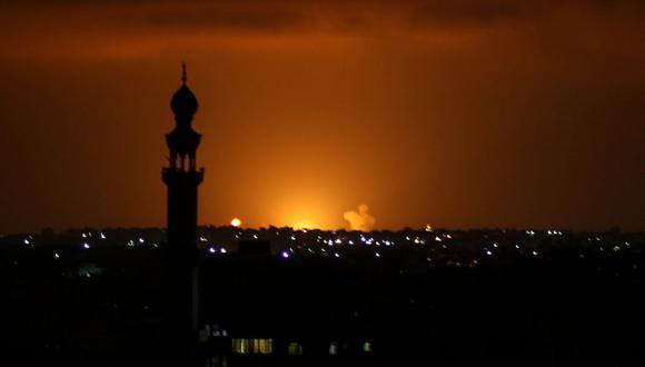 Humo y llamas en el horizonte luego de un ataque aéreo de Israel en la ciudad de Khan Yunis, en el sur de la Franja de Gaza, el 16 de septiembre de 2020. (Foto: SAID KHATIB / AFP).