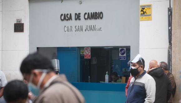 En el mercado paralelo o casas de cambio de Lima, el tipo de cambio se cotizaba a S/3,895 la compra y S/3,940 la venta de cada billete verde. (Foto: Eduardo Cavero / GEC)