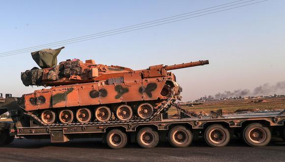 Un camión militar turco transporta un tanque en el norte de Siria para una operación militar contra los kurdos. (EFE).