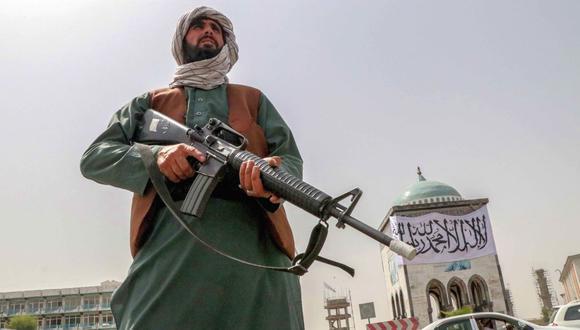 Un combatiente talibán monta guardia en un puesto de control este martes en la ciudad de Kandahar, Afganistán. (Foto: EFE)