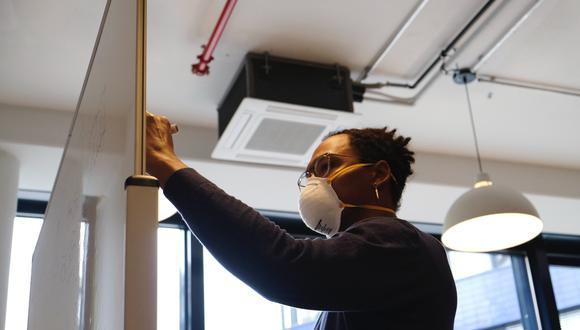 Permanecer mucho tiempo en un lugar con mala circulación de aire puede ser riesgoso. (GETTY IMAGES)