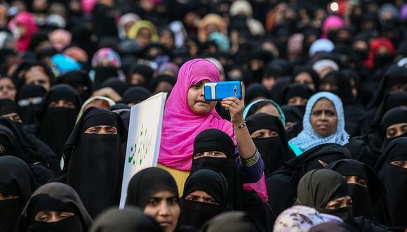 """Manifestación de mujeres musulmanas en India, en 2018. """"La idealización establece que el Corán ya reconoce la dignidad y la igualdad de la mujer, que no hay nada que cuestionar y que hacerlo es baladí., pero la demonización, que sostiene que el Islam es la raíz de todos los males de las mujeres musulmanas, es reduccionista y prejuiciosa"""", precisa Vanessa Rivera de la Fuente )Foto: EFE/ Divyakant Solanki)"""