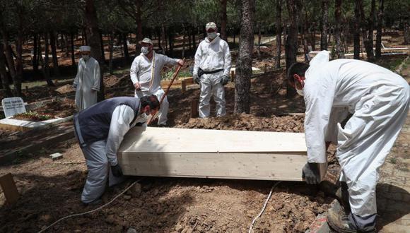 Trabajadores del cementerio entierran el ataúd de Lutfiye Yilmaz, fallecida por una enfermedad relacionada con COVID-19, durante su ceremonia fúnebre en el cementerio de Kilyos en Estambul, Turquía. (Foto: EFE / EPA / SEDAT SUNA ATENCIÓN).