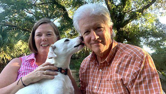 Charlie y Sherry Sewall junto a Lea, a quien adoptaron a través de WUF en octubre del 2019. (Foto: Cortesía Sherry Sewall)